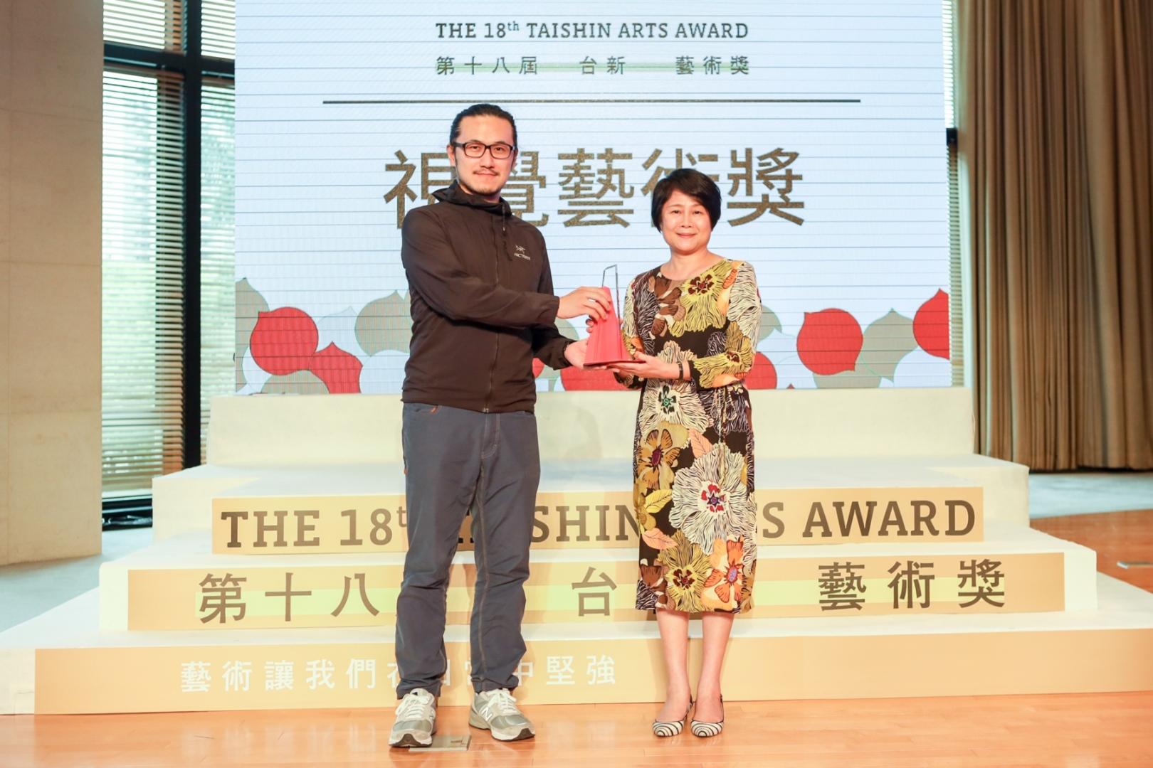圖3 第18屆台新藝術獎 林曼麗董事頒發獎項於視覺藝術獎得主-陳以軒《委託製作》