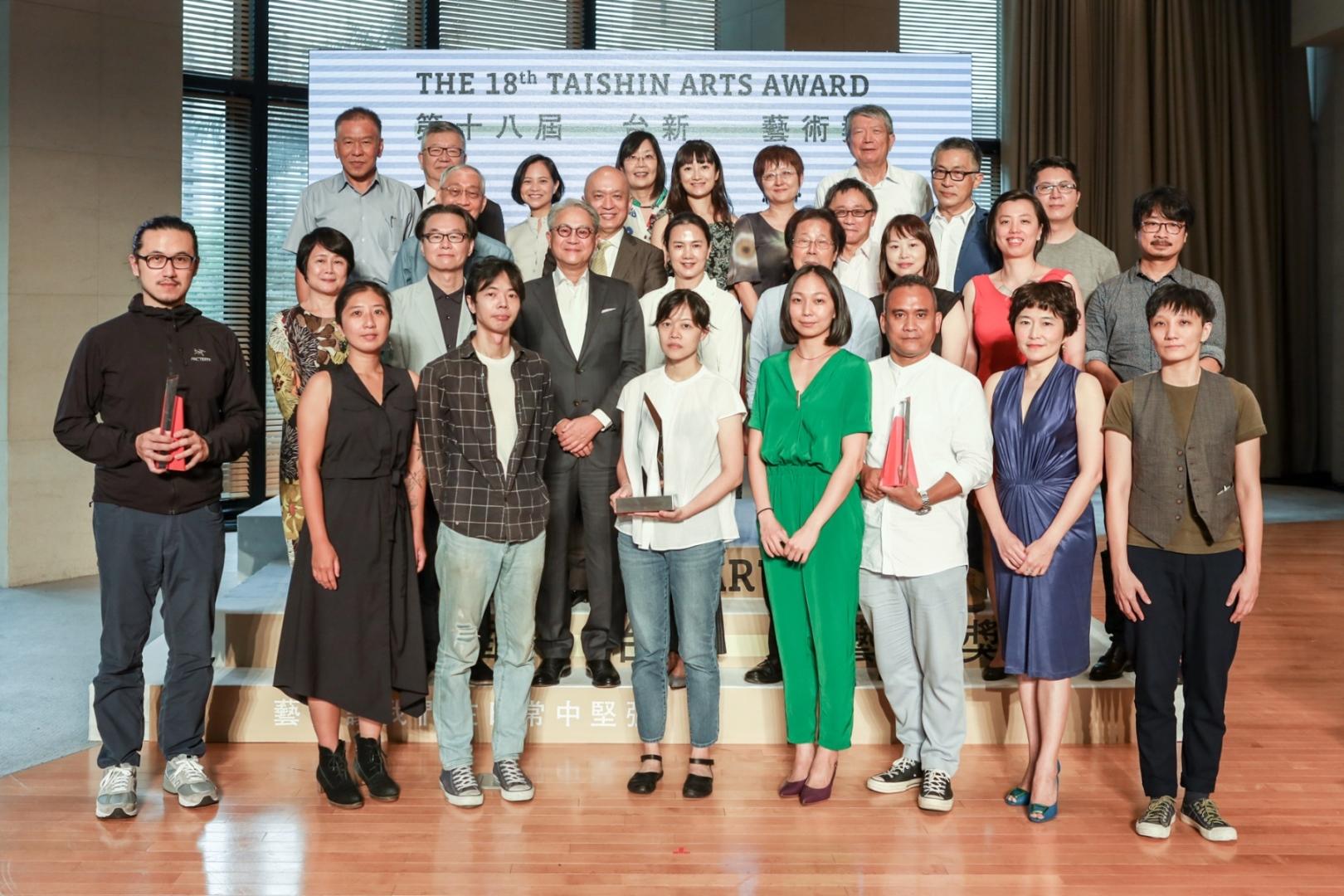 圖6 第18屆台新藝術獎頒獎典禮-三大獎得主與台新藝術基金會董事、評選委員合照