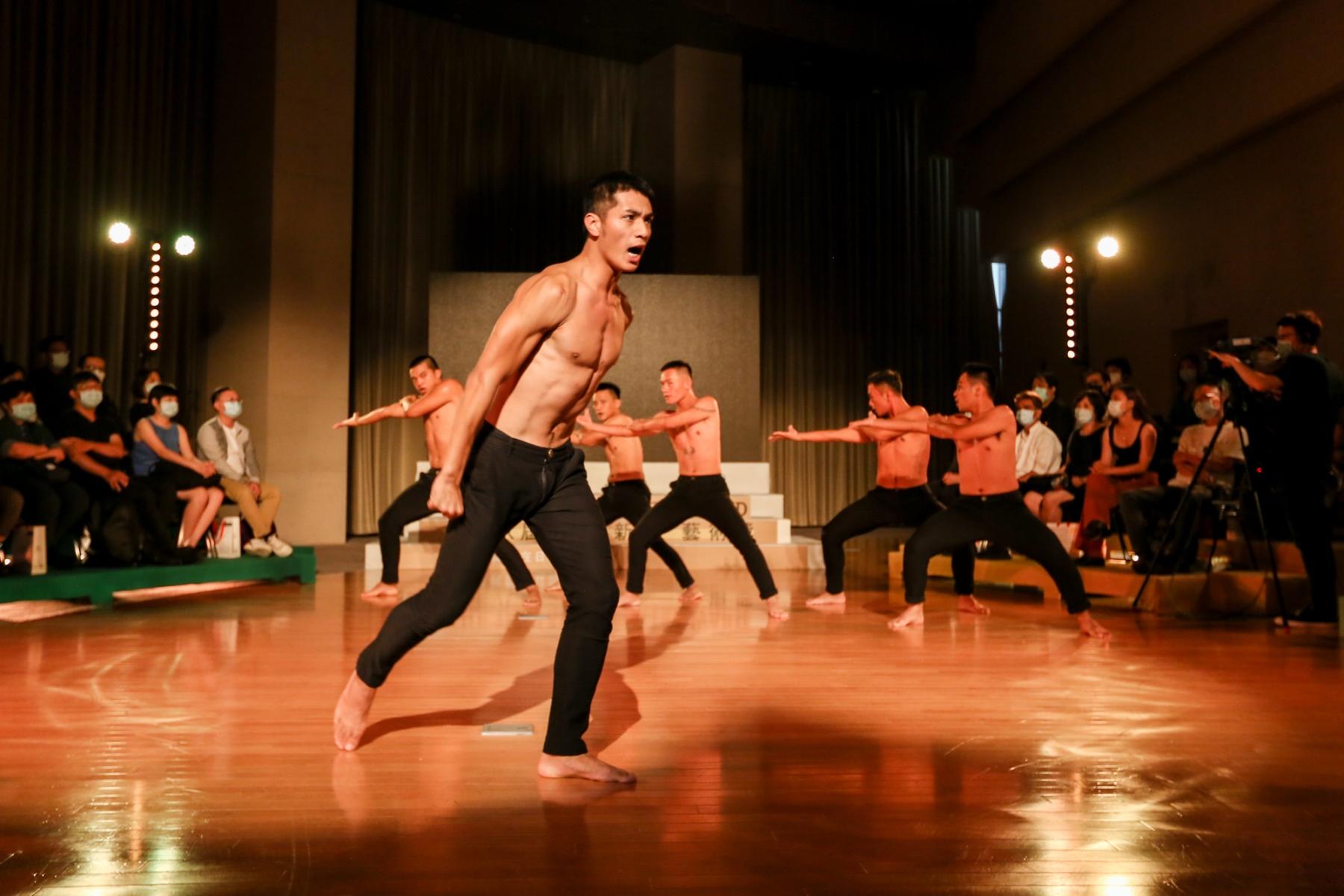 圖8 第18屆台新藝術獎頒獎典禮  邀請布拉瑞揚舞團演出去年台新藝術獎大獎得主作品《路吶Luna》中重要橋段《我的報戰功》圖2
