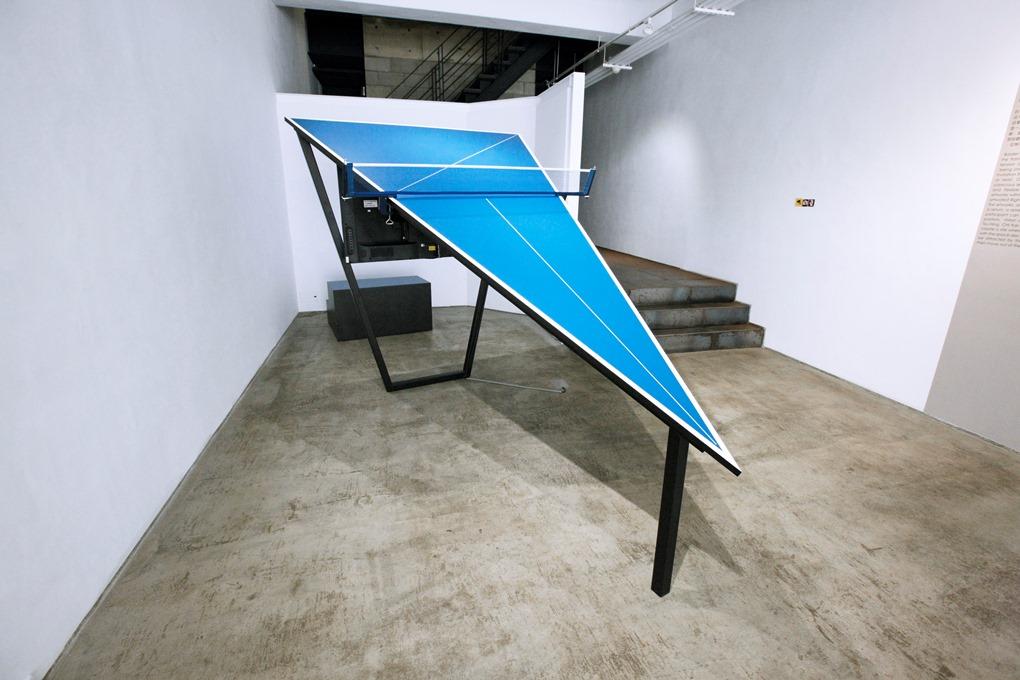 紀紐約 CHI Kai-Yuan / 三角桌I Triangle Table I/2013/錄像空間裝置/274×153×180公分