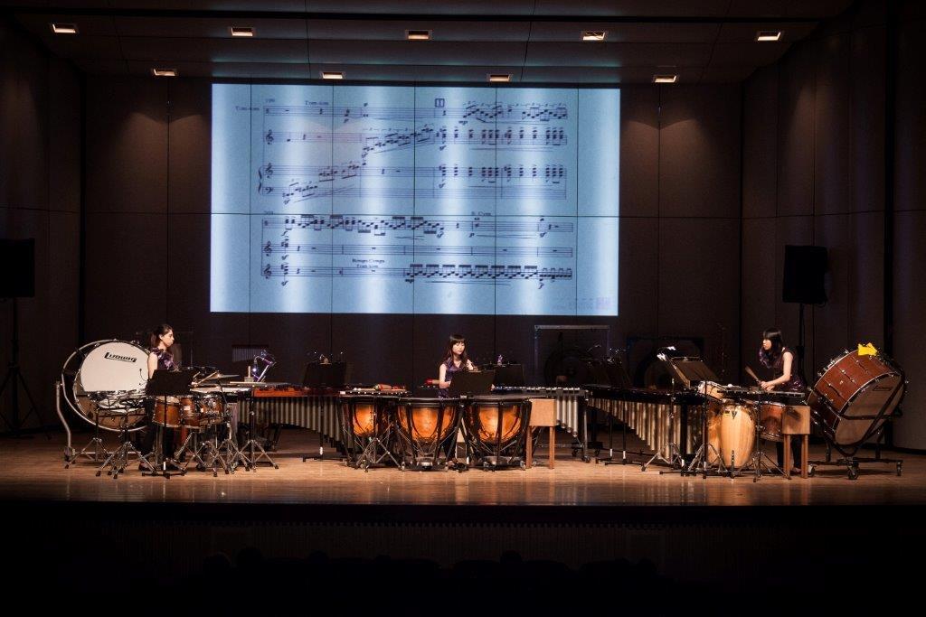 依循「作曲家列傳」系列的慣例,本場音樂會在演奏時,也在舞台上設置大型投影螢幕,一方面擔任無聲的音樂會導覽角色,例如在開場以及換場搬樂器的串場時,播放作曲家寫作的想法、樂曲解說,或者樂團排練的側錄等等,這似乎可拉近與聽眾的距離;一方面在演奏時同時播放總譜,讓聽眾可以在看著演奏家表演的同時,同步讀譜。對於不懂五線譜的聽眾來說,此舉雖屬多餘,但是反正看不懂,當作是背景,應該也不至於到搶奪注意力的地步。而對於看得懂樂譜的聽眾,由於是第一次看樂譜,同時還要觀看臺上的演奏人員,一方面接受聲音,其實是很忙碌的。不過這