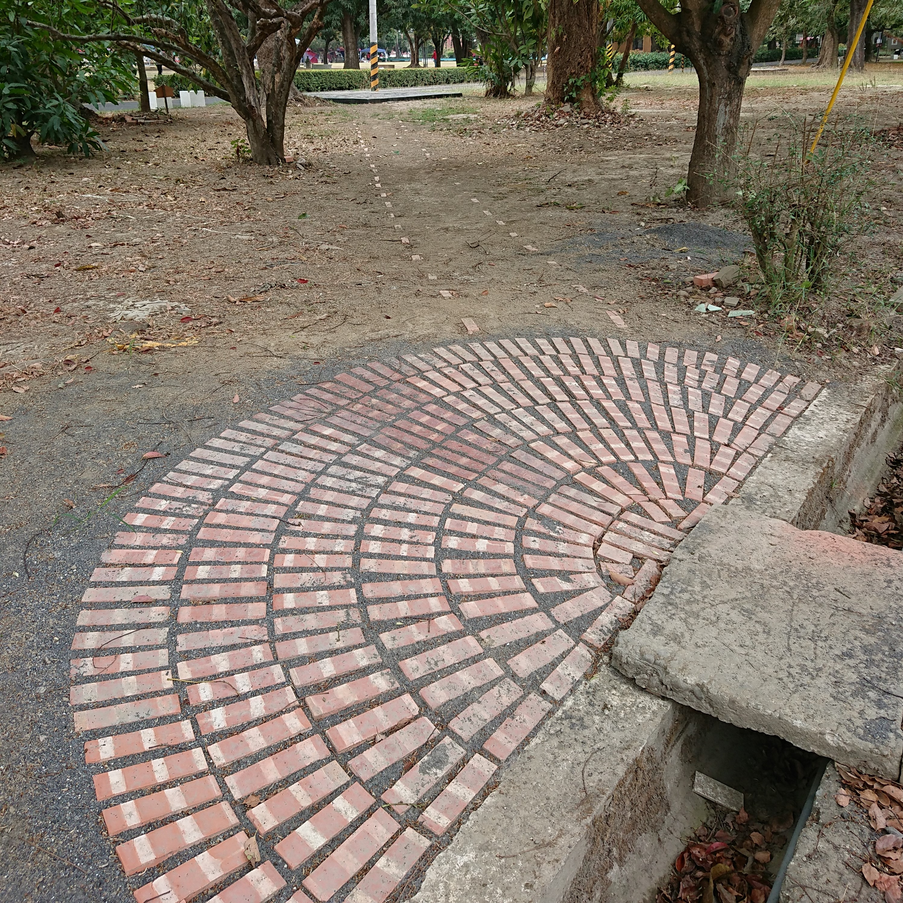 蘇弘的人行步道磚裝置